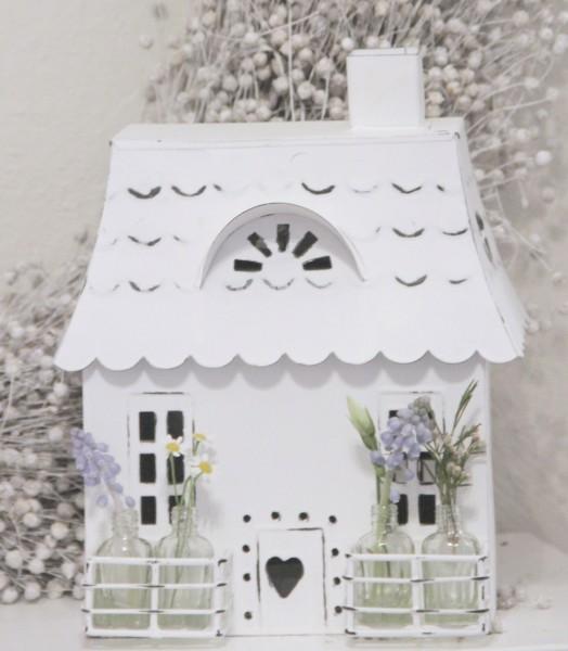 Lichthaus aus Metall mit Walmdach, Herztür und Glasfläschchen